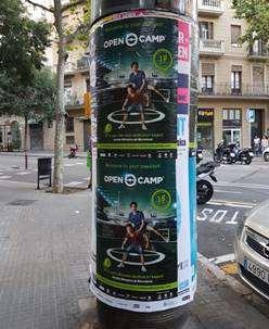 carteles en paneles de anuncios